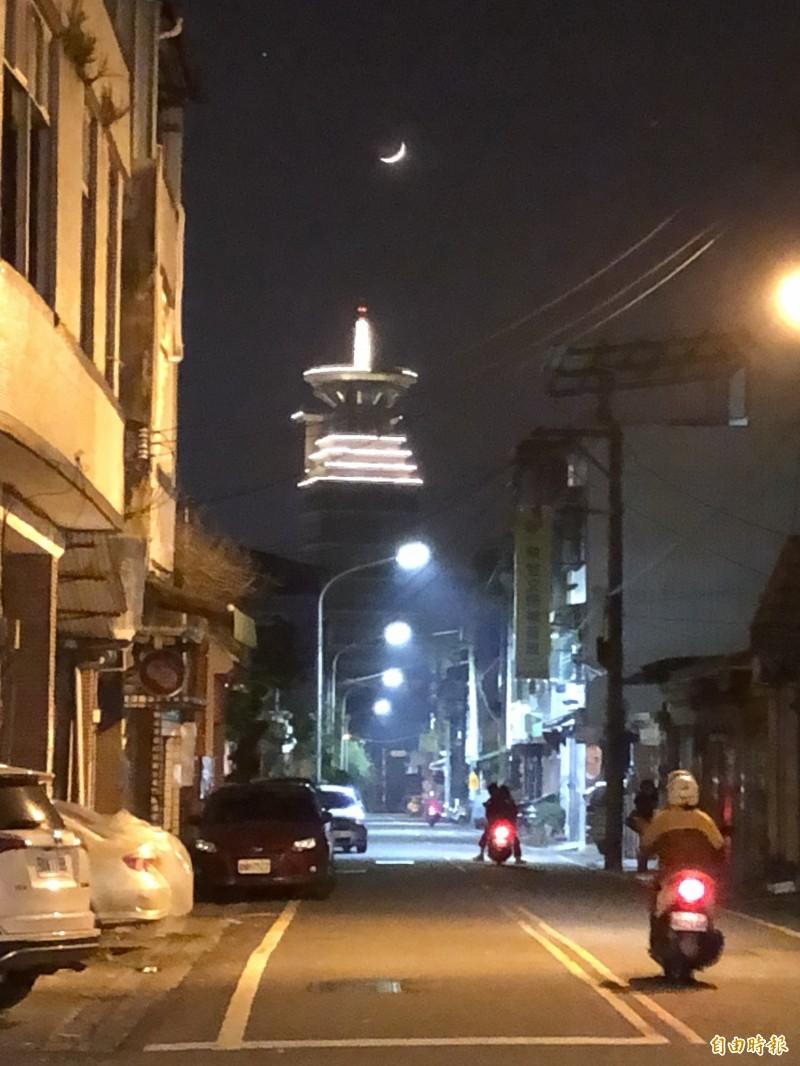 埔里鎮明德路正對普天精舍,最近入夜新月高掛,成為街道限定美景。(記者佟振國攝)