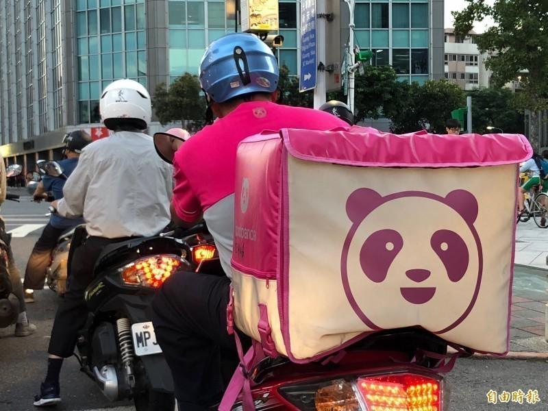 熊貓本月1日推出新規定,表示原先客人改地址超過1公里可取消訂單的規定,從即日起取消。對此,有外送員怒轟「公司真的把外送員當狗!」。圖為熊貓外送員示意圖。(資料照)