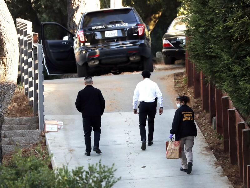 警方鑑識人員進入加州槍擊案現場採證。(歐新社)