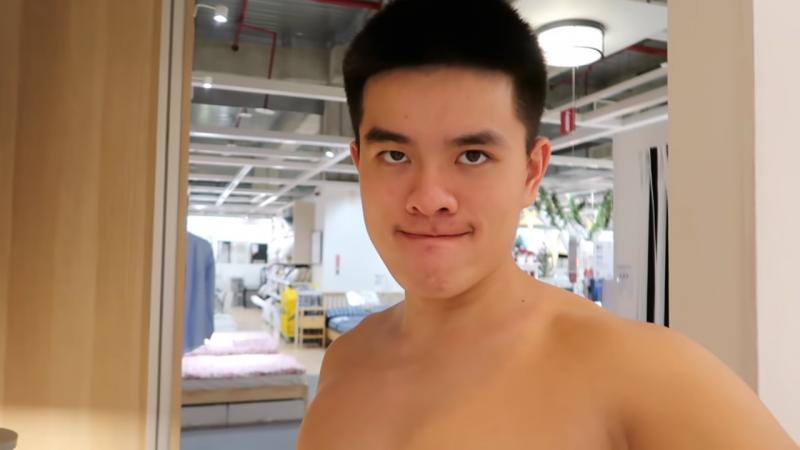藝人李興文的長子李堉睿,上月28日晚間到IKEA新北市新莊店挑戰過夜,全裸露鳥在鏡頭前假盥洗、做出不雅舉動,直到隔天上午10點開店前才離去,並將過程拍下上傳到YouTube。(圖擷取自YouTube)