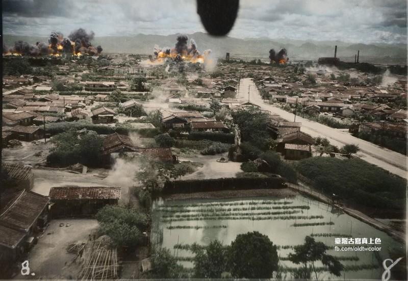 1945年5月30日,台南新營市街遭空襲,滿佈美麗庭院的城鎮被炸出一片火海。(圖擷取自臉書_台灣古寫真上色/「台灣台灣古寫真上色」授權)