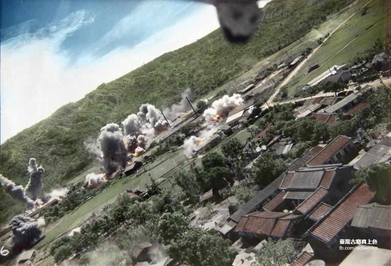「台灣古寫真上色」在臉書分享一系列台灣在二戰時期遭轟炸的老照片,解釋台灣在二戰時期到底是被「美軍」還是「日軍」轟炸。圖為經數位上色後的美軍軍機1945年5月19日空襲彰化二水時所攝影像。(圖擷取自臉書_台灣古寫真上色/「台灣台灣古寫真上色」授權)