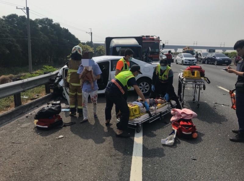 國道中山高北上彰化北斗路段,今天發生5車連環追撞的交通事故,護理師夫婦偕友要到台北喝喜酒,途中遇上死劫。(民眾提供)