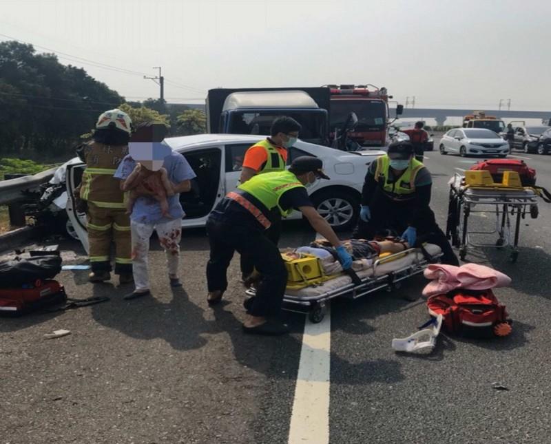 國道重大死傷車禍,母死女嬰命危,彰基漏夜搶救後指出未來3天是關鍵。(民眾提供)