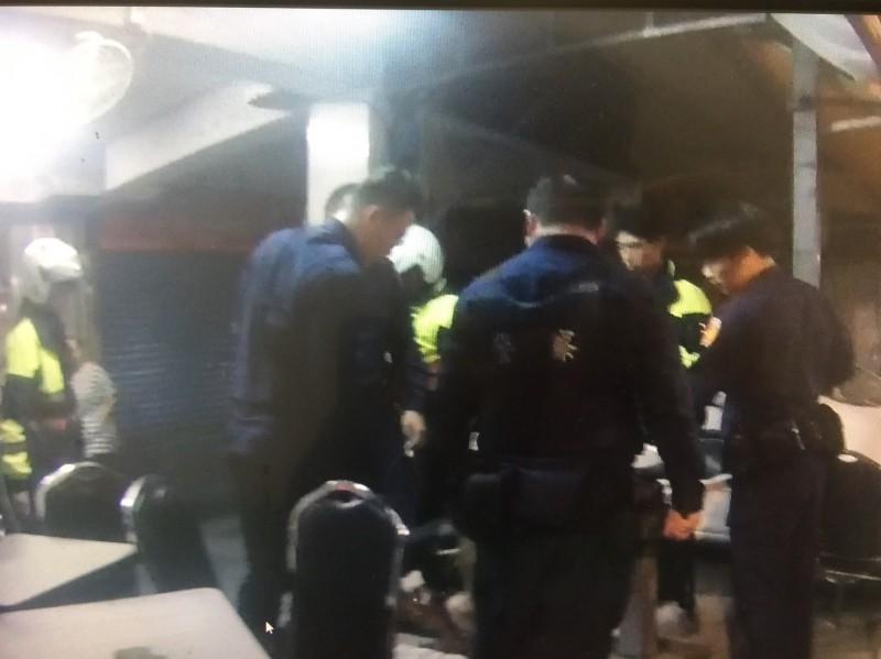 警方將張男圍住制伏。(記者徐聖倫翻攝)