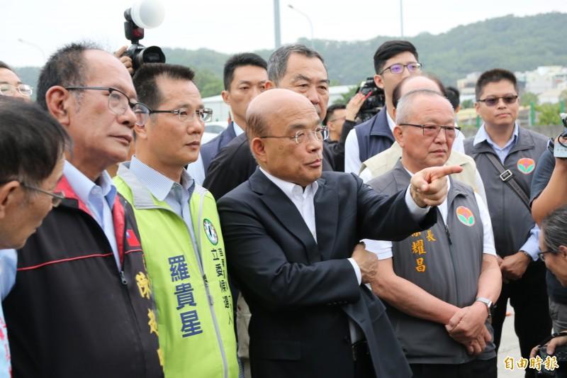 行政院長蘇貞昌(右2)今視察增設造橋交流道,承諾將由中央全額負擔地方配合款。(記者鄭名翔攝)