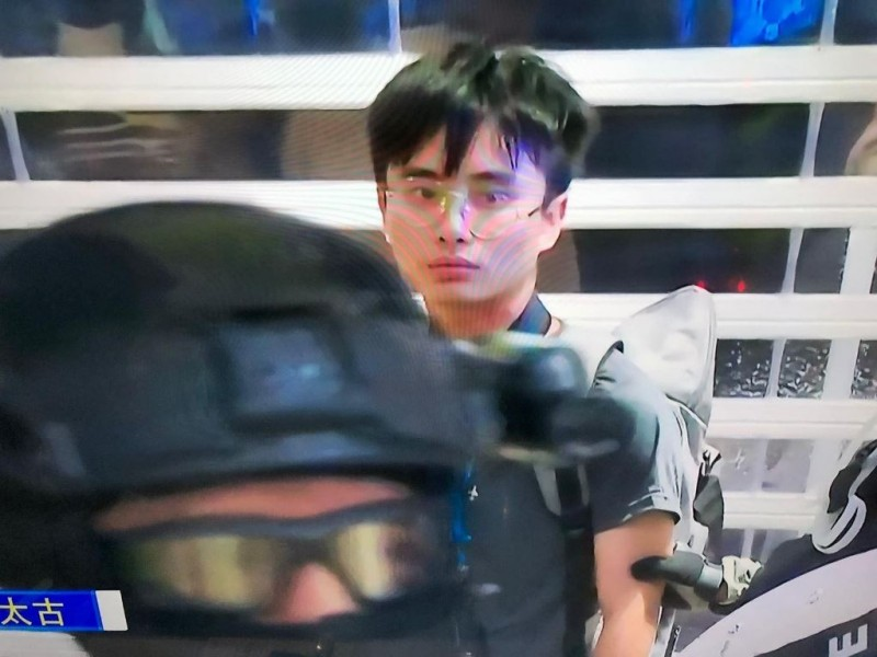 香港浸會大學編委會記者鄧澤旻採訪時遭警方制伏拘捕,期間他大聲覆誦港警耳語、要求驗傷,後遭警方帶走。(圖取自浸大學生會編委專頁)