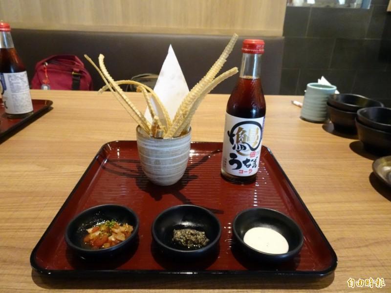 鰻骨薯條配鰻魚可樂,附上3種沾醬。(記者張菁雅攝)
