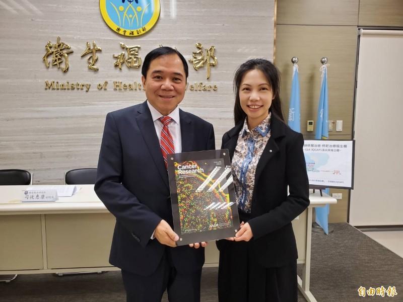 國衛院免疫醫學研究中心主任譚澤華(左)與助研究員莊懷佳(右)的最新研究成果已發表於國際期刊《癌症研究》(Cancer Research)上。(記者林惠琴攝)