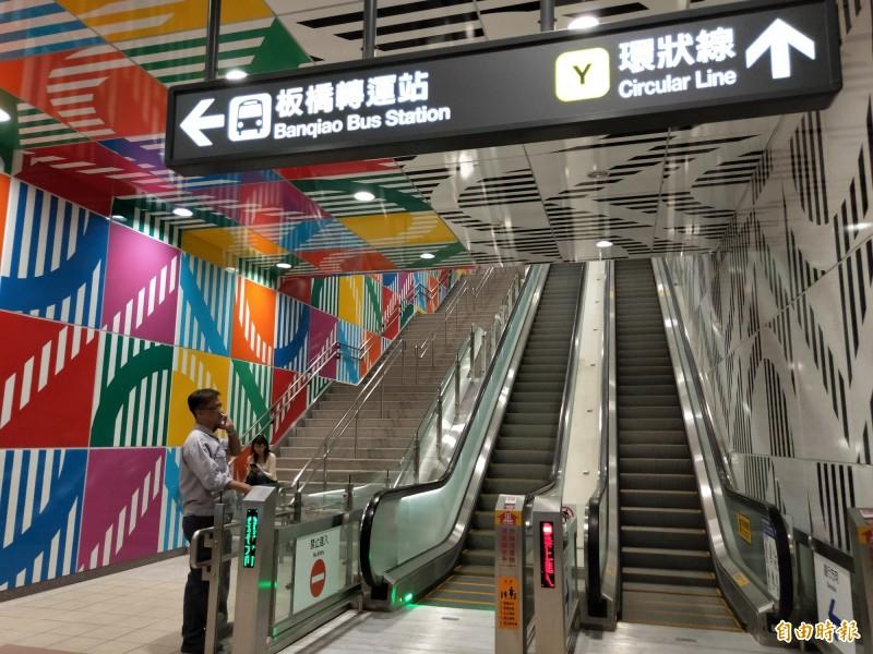 一走進車站,左右兩側分別是彩色與黑白色調組合而成的圖樣。(記者賴筱桐攝)