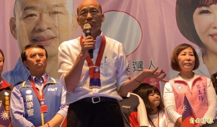 立法委員陳學聖(左1)指責桃園警方拒絕國民黨總統參選人韓國瑜(中)在平鎮造勢活動前到派出所如廁,導致韓國瑜憋尿兩個多小時。(資料照,記者許倬勳攝)