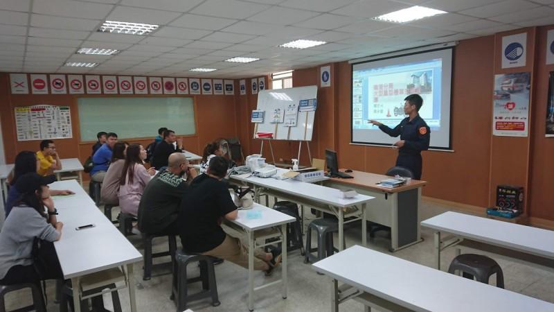 台北市南港分局前進駕訓班,宣導騎大型重機的交通正確觀念。(記者姚岳宏翻攝)