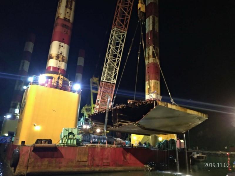 南方澳斷橋拆除,施工團隊陸續吊離橋面版。(資料照,記者江志雄翻攝)