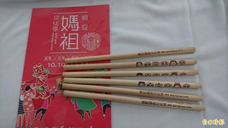 印有恒安媽祖、千順將軍等Q版可愛造型圖案的文昌筆。(記者楊金城攝)