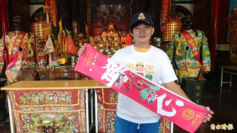 六甲恒安媽祖文化季舉辦遶境,首次製作媽祖文創小物有紀念衫、帽子和毛巾。(記者楊金城攝)