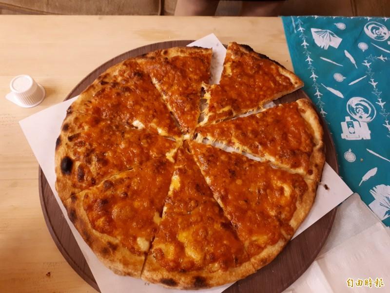 新竹市「披薩控」店內都是老顧客及饕客,年輕的鍾師傅都會希望客人在店內享用熱騰騰香氣四溢的披薩。(記者洪美秀攝)