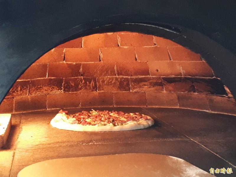 獨特的蒜苗客家鹹豬肉口味披薩。(記者洪美秀攝)