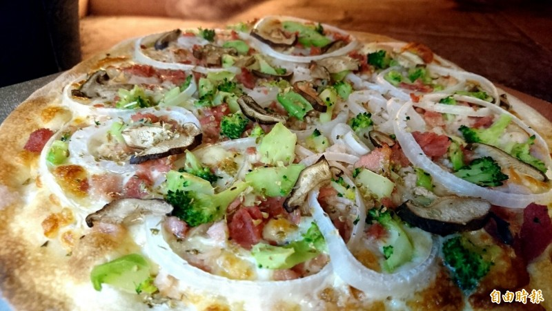 新竹市「披薩控」的各種口味披薩,會讓人忍不住一片接一片,愛不釋口。(記者洪美秀攝)