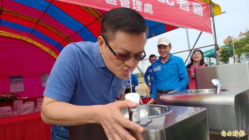 台水董事長魏明谷親自引用直飲台自來水,表示要讓跑者、民眾「飲免驚」。(記者陳冠備攝)