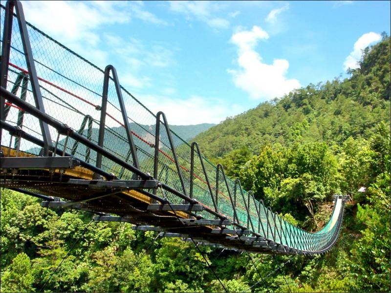 奧萬大吊橋昨發生年約2歲幼童墜橋意外,男童疑從側面鐵絲圍網底部與橋面間縫隙踩空墜落。(圖:南投林管處提供)