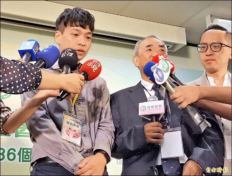 台灣本土團隊產下的第一個試管寶寶陳英傑(左)今年已卅三歲,昨天到場感謝李茂盛(右二)。(記者陳建志攝)