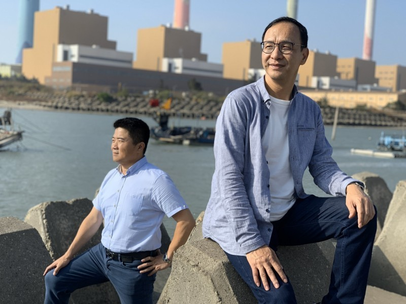 立委顏寬恒(左)及前新北市長朱立倫(右)變身網美,在台中火力發電廠附近海岸拍攝「聽海」MV。(圖由朱立倫辦公室提供)