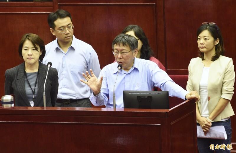 台北市長柯文哲(中)、副市長黃珊珊(左)4日對市府副發言人「學姊」黃瀞瑩疑遭職場性騷擾案答詢。(記者羅沛德攝)