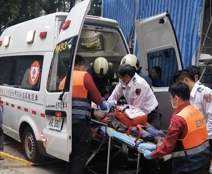 台北市南京東路三段一棟大樓的拆除工程,今(4日)傳出有1名工人遭怪手壓住命危送醫。(民眾提供)