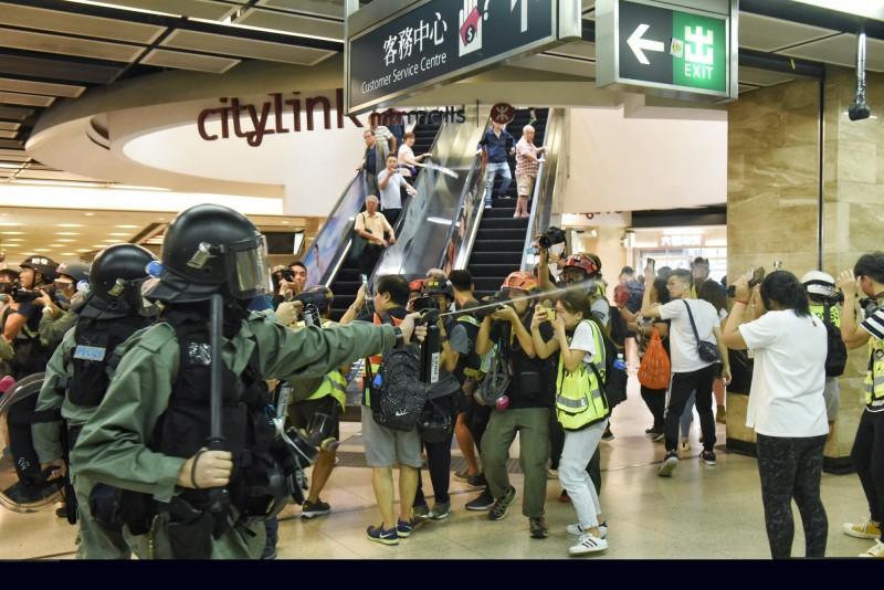 香港反送中抗爭,港警衝進商場鎮壓。(歐新社)