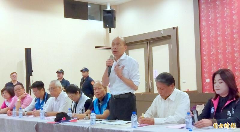 卓榮泰呼籲,國民黨與韓國瑜(中,立者)應該要振作,不要再鬧笑話了。(記者謝介裕攝)