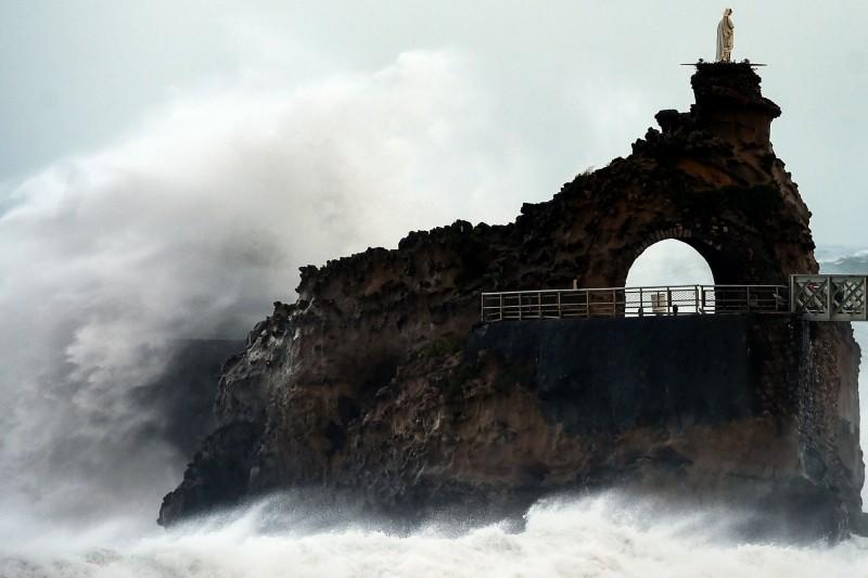 法國南部昨日遭暴風雨侵襲,海邊掀起大浪。(法新社)