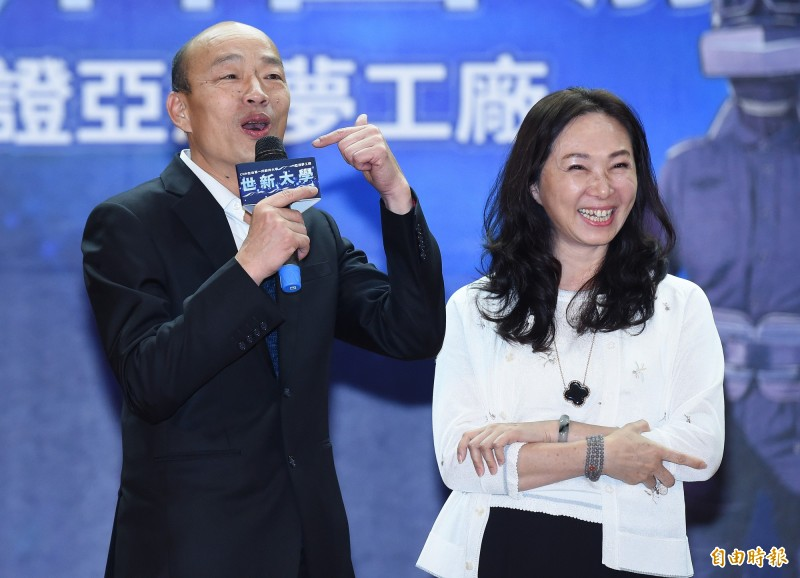 國民黨總統參選人韓國瑜(左)及妻子李佳芬(右)認為,學校教母語是「浪費資源」。(資料照)