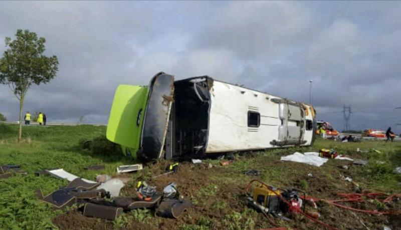 法國一輛從巴黎開往倫敦的巴士於亞眠附近翻覆,一共造成33人受傷。(美聯社)