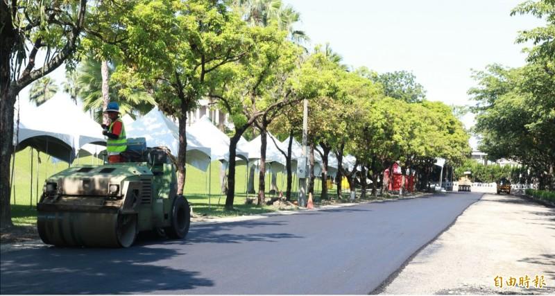 南非公司(Shisalanga Construction)透過使用廢棄塑料牛奶瓶來鋪路。柏油鋪路示意圖。(資料照)