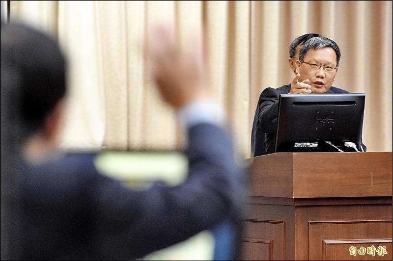 財政部長蘇建榮昨日出席立法院財政委員會,因學貸問題與立委賴士葆爭執。(記者叢昌瑾攝)