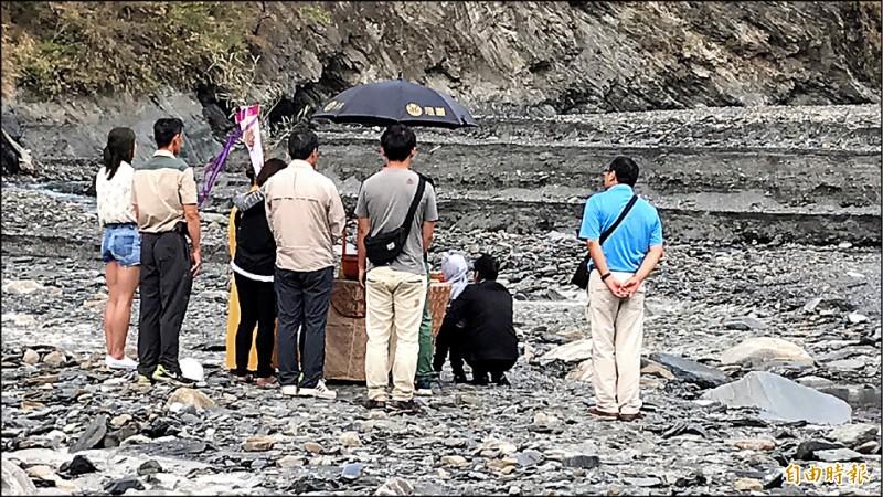 許姓男童親人在溪床舉行招魂儀式。 (記者佟振國攝)