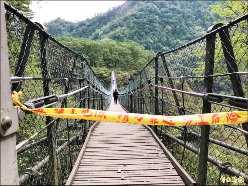 發生男童墜落身亡的奧萬大吊橋已經拉起封鎖線,暫時封閉。(記者佟振國攝)