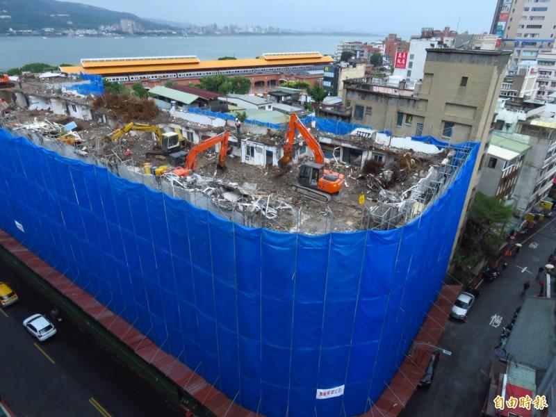 海砂屋東來大廈目前拆到6樓,將於明年2月前完成拆除作業。(記者陳心瑜攝)
