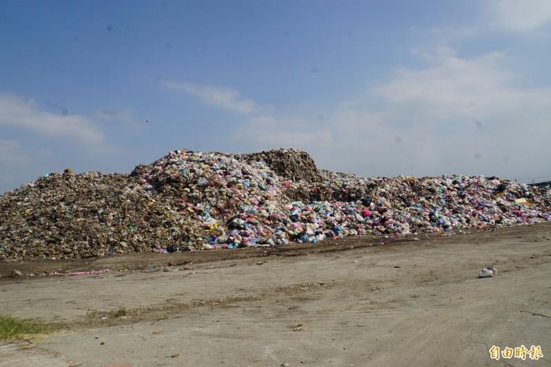斗六垃圾山環保局評估約6500噸,但公所認為有2.1萬噸。(記者詹士弘攝)