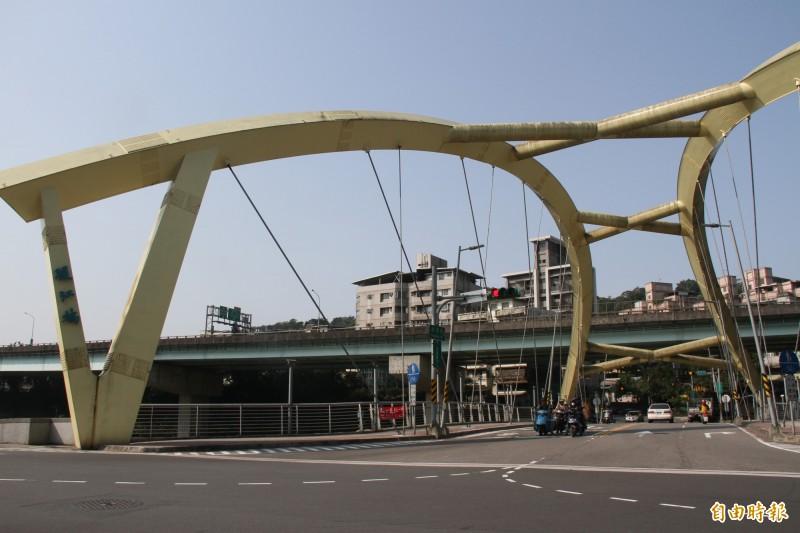 暖江橋每天有大量重車通過,議員們希望相關單位要審慎評估橋樑使用壽命。(記者林欣漢攝)