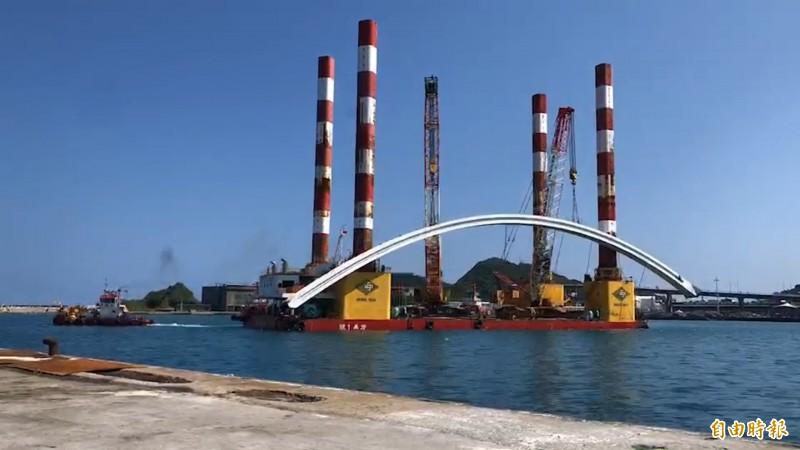 宏禹一號吊離橋拱。(資料照,記者江志雄攝)