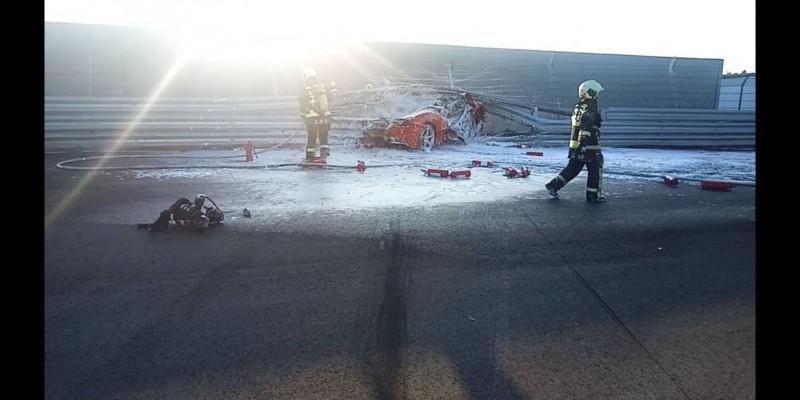 法拉利跑車撞護欄起火,駕駛緊急被救出。(民眾提供)