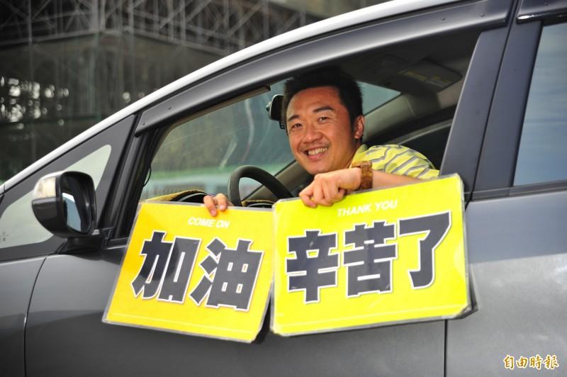 徐瑋晨隨身攜帶「辛苦牌」已經10年。(記者王捷攝)