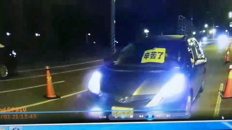 徐瑋晨上次舉了「辛苦了」的牌子通過路檢點,最後被一位所長攔下,他很佩服所長的細心。(記者王捷翻攝)
