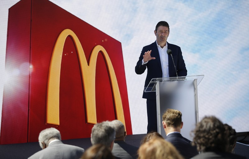 麥當勞前執行長伊斯特布洛克,因陷辦公室戀情遭撤職,如今他卻仍能領取高額的股票獎勵。(彭博)