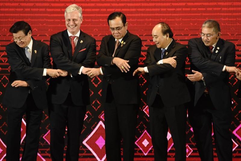 在美國與東協的峰會上,白宮國家安全顧問歐布萊恩(左二)痛批中國在南海的行為,並代表川普邀請東協各國赴美舉行特別峰會。(法新社)