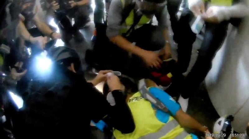 9月29日印尼女記者印達在香港採訪反送中抗爭時,被警方鎮暴槍擊中右眼,當場倒地。(路透,《本土新聞》提供)