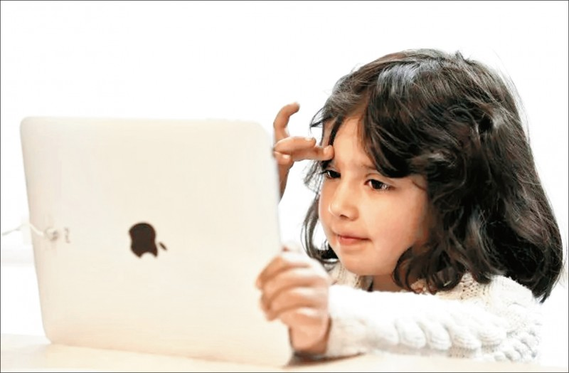 美國一項最新研究指出,觀看電子螢幕時間愈長的幼童,說與讀的能力愈低。(路透)