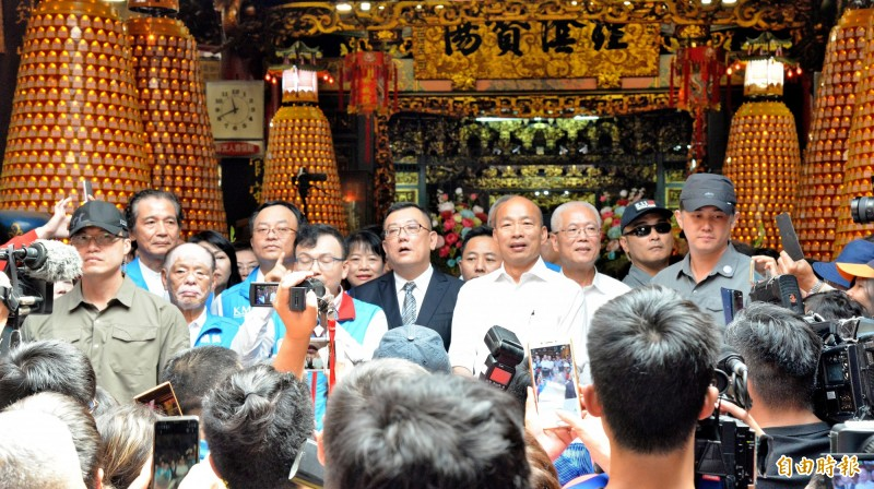 韓國瑜今到新竹都城隍廟參拜,並指城隍爺廟在二次大戰時,炸彈丟到後殿沒爆炸。(記者許麗娟攝)