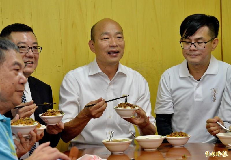 韓國瑜到新竹都城隍廟前的柳家肉燥飯用餐。(記者許麗娟攝)
